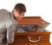 Piada do dia das bruxas, homem com caixão — Fotografia Stock