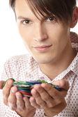 Homem com fichas de casino — Foto Stock