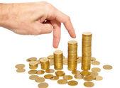 Klimmen hand op gouden munten trap geïsoleerd op wit. — Stockfoto