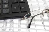 Glasögon och miniräknare — Stockfoto