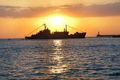 Nave militar contra la puesta de sol — Foto de Stock
