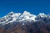 Altas montañas, cubiertas de nieve. — Foto de Stock
