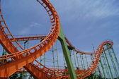 Podwójna pętla na roller coaster z tylko przejeżdżający pociąg — Zdjęcie stockowe