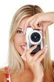 женщина, держащая micro четыре трети фото камеры. — Стоковое фото