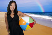 Asiatisk kvinna anläggning beachball — Stockfoto