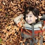Detailní portrét krásné podzimní dítěte, položil na zem — Stock fotografie