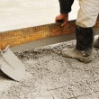 Man leveling concrete slab - Stockfoto