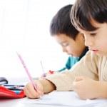 iki sevimli okul çocuklar ödevlerini üzerinde birlikte çalışma — Stok fotoğraf