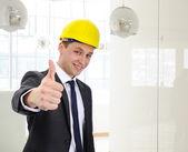 Succesvol architect met helm zijn duim te houden — Stockfoto