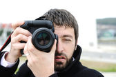 Man with camera outdoor — Stock fotografie