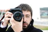 Muž s kamerou venkovní — Stock fotografie