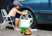 Jouant autour de la voiture et le nettoyage, les enfants en été — Photo