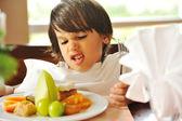 Yemek reddederek, çocuk yemek istemiyor — Stok fotoğraf