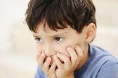 Autismo, garoto olhando longe sem interessante — Foto Stock