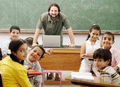 Interactie tussen leraar en kinderen, grappige klasse in school — Stockfoto