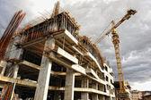 Byggarbetsplats med kran och byggnad — Stockfoto