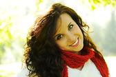 Doğa, portre, uzun kahverengi saçlı güzel mutlu kızı — Stok fotoğraf