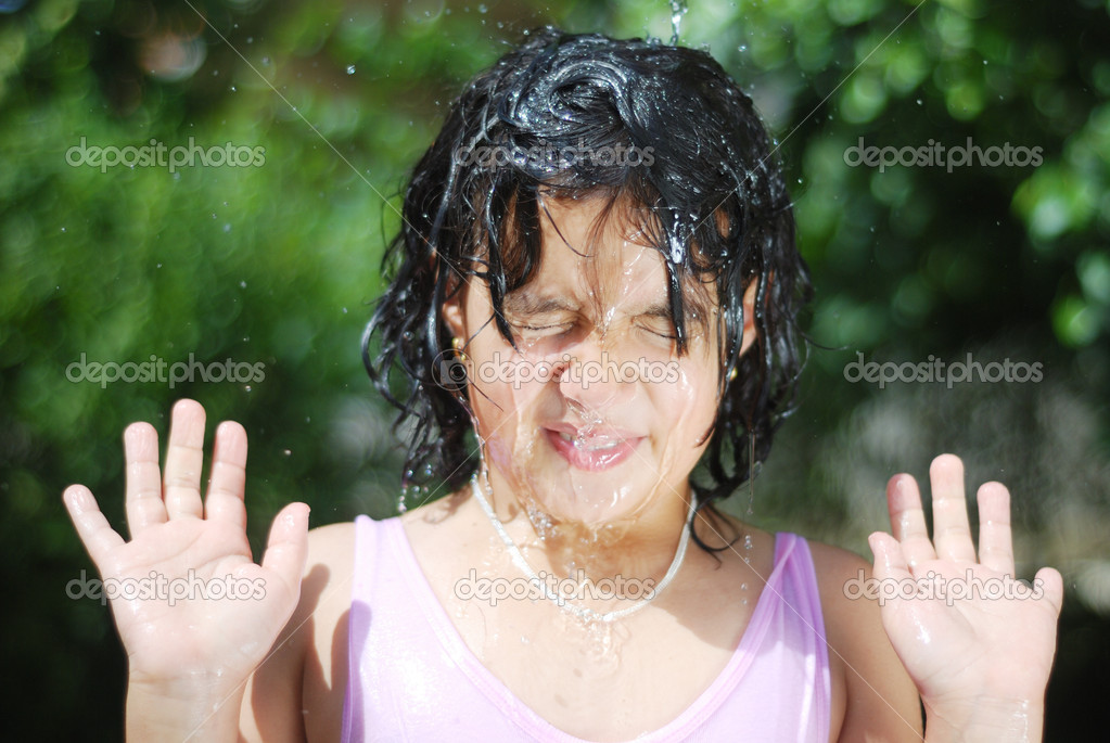 Little girl splashing with water in hot summertime — Stock Photo #6150410