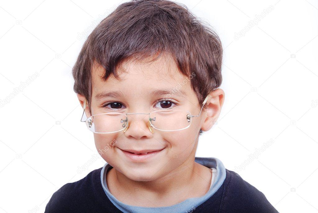 一个小可爱孩子戴眼镜和微笑– 图库图片