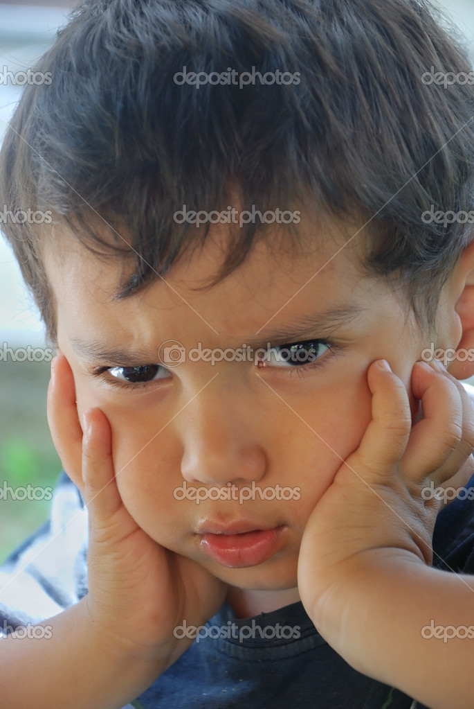 他脸上的愤怒与小可爱男性儿童– 图库图片