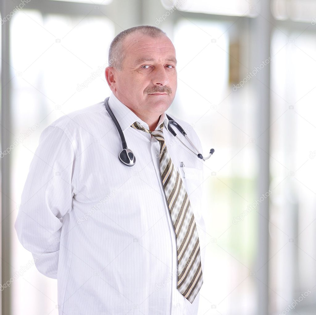 Gray hair expertise handsome senior doctor hospital portrait white corridor — Stock Photo #6151188