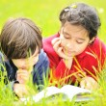 leyendo el libro de niños felices — Foto de Stock