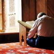 Foto Stock: Prayer in mosque, reading Koran