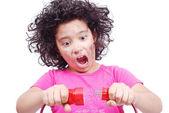 симпатичная девочка принимает электрических проводов — Стоковое фото