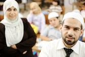 Muslimských mužů a žen učitelé ve třídě s dětmi — Stock fotografie