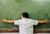 Scholier knuffelen bestuur in klas — Stockfoto