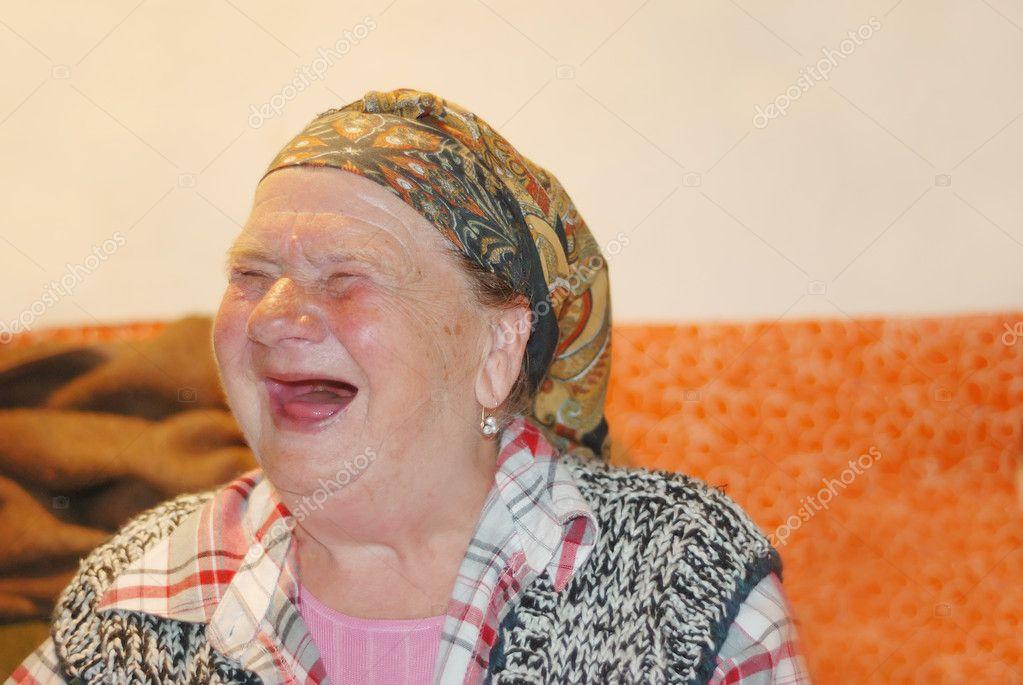 Eine alte Frau mit roten lustig lachen Gesicht — Stockfoto
