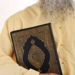 Muslim man, long beard, Koran in hand — Stock Photo
