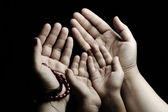 祈祷和教学、 儿童和成人在一起祷告 — 图库照片