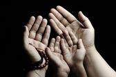 Orando e ensinando, criança e adulto rezando juntos — Foto Stock