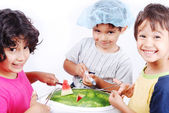 Niños jugando el melón de agua como en la sala de cirugía — Foto de Stock