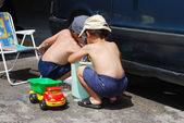 Jogando ao redor do carro e limpeza, as crianças no verão — Foto Stock