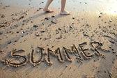 O verão da palavra escrito na areia — Foto Stock