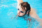 Спортивный плавательный человека в бассейне с очками — Стоковое фото