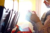 Passagiers lezen iets — Stockfoto