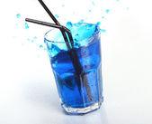 Cóctel azul con salpicaduras — Foto de Stock