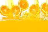 Taze portakal suyu düşüyor — Stok fotoğraf