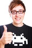 年轻的微笑着竖起大拇指人 — 图库照片