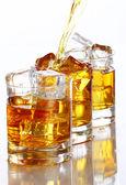 Hälla whisky i glaset — 图库照片