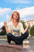 Gember jongedame mediteren — Stockfoto