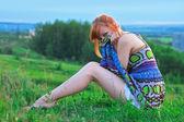 地面の上に座って美しい生姜髪の女性 — ストック写真