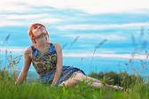 Linda mulher de gengibre-cabelos, sentado no chão — Foto Stock