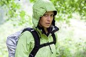 Woman hiking in forest — Foto de Stock