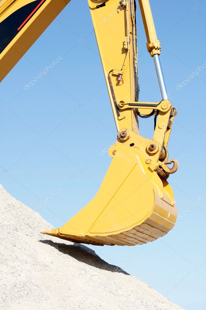 A huge shovel digging in dirt — Stock Photo #5927888