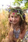Meisje met bloemen diadeem op haar hoofd — Stockfoto