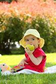 Elma ile çocuk — Stok fotoğraf